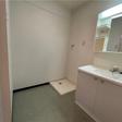 洗面台と室内洗濯機置き場。脱衣スペースもゆったりしています。
