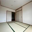 押入れのある和室。南向き大きな窓があり明るい室内です