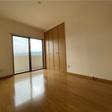 大きな窓のある洋室