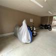 大型バイクも置くことができるバイク置き場は有料です