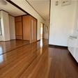 4.5帖のダイニングキッチン。床はきれいなフローリング