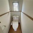 窓があり明るいトイレはウォシュレット付きです。