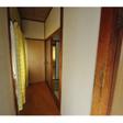 玄関入って左側の廊下。この奥に和室があります。