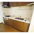 システムキッチンはゆったりサイズ。三つ口ガスコンロが付いています