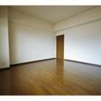 洋室8帖。きれいなフローリングで印象の良いお部屋です