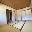 玄関入って右側の6帖の和室には押し入れも付いています。