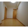 玄関右の洋室は4.7帖。窓があります。