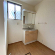 ワイドな洗面台と脱衣場。一戸建て並みの広さがあります