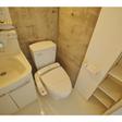 ウォシュレット・収納棚があるトイレ