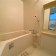鏡付きのお風呂です。ユニットバスでお掃除もしやすいです。