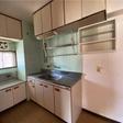 窓があり、収納が多いキッチン。