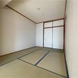 リビング横の和室。一間の押入れがあります。東側の引き戸からは廊下へでることができます