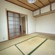 和室には2面に大きな窓があるので日当たりが良いお部屋です。上に収納が付いています。