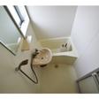 小窓があり、換気が行き届くお風呂は洗面台付き