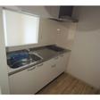 キッチンはIHコンロ付き。まな板がゆったり置ける幅広キッチン