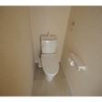 ウォシュレット付きトイレ 落ち着いたベージュ色のクロスの印象が良いです