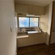 窓があり手元が明るいキッチン