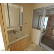 三面鏡付き洗面台と室内洗濯機置き場