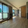 南側に大きな窓がふたつあり明るい室内
