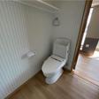 上に棚のあるウォシュレット付トイレ