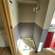 室内洗濯機置き場 上には棚があり、洗剤など置くことができます