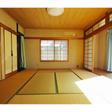 1階の8帖和室には日当たりのよい縁側があります。