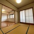 和室には押入、天袋あり、押入の棚は可動式