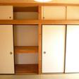 隣の和室に二間の収納があります