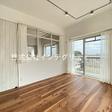 リビングと洋室の壁面には光を取り込む室内窓を使用!