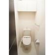 トイレ 扉付きの棚が便利